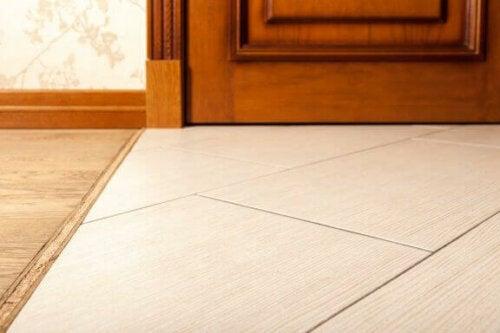 Die Vorteile von Fliesenböden sind auch die, dass sie keine Kratzer, wie Holz, haben.