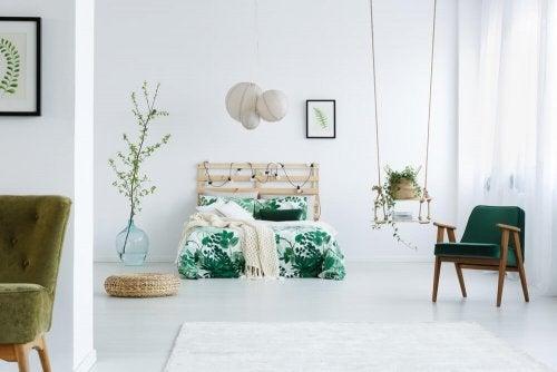 Wenn du ein kleines Haus hast, kannst du jederzeit eine Schaukel in deinem Schlafzimmer aufhängen, um ein anderes Möbelstück zu ersetzen
