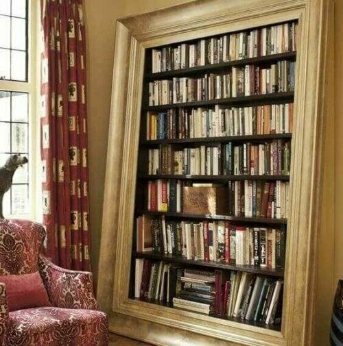 Auf dem obigen Foto ist ein normales und langweiliges Bücherregal mit einem großen alten Spiegelrahmen eingerahmt. Die Bücher erscheinen so, als ob sie Teil ein realistisches Bildes sind.