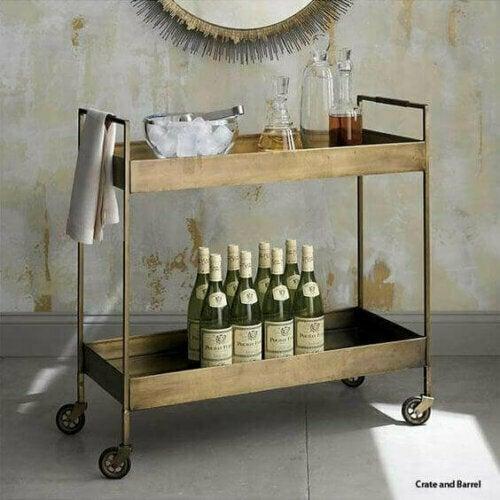 Vasen oder einfache Tische sind gängige DIY-Projekte, aber wenn du sie mit einem Getränkewagen vergleichst, sind sie nicht sehr praktisch.