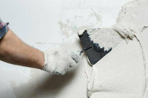 Bei Renovierungsarbeiten an Wänden und alten Decken geht die Sicherheit vor.
