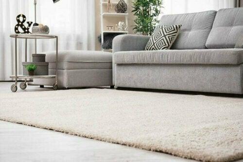 Holzböden und Teppiche sind daher ein Muss, um den Look getreu umzusetzen und warm zu halten.