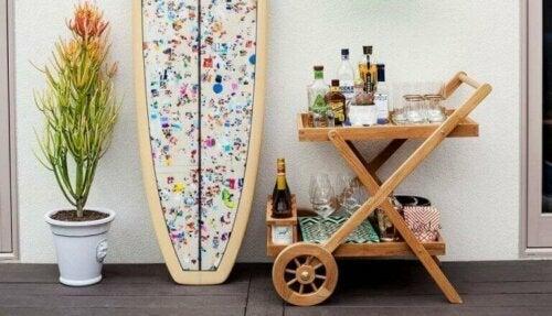 Du kannst alte Möbel recyceln, um einen Getränkewagen herzustellen