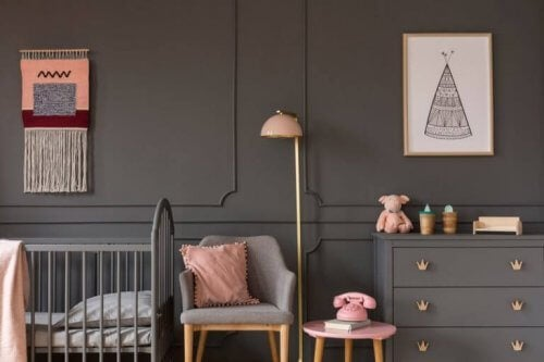 Wenn du ein stilvolles Schlafzimmer mit einer grauen Thematik erstellen möchtest, solltest du die Möbel in das Farbschema einbeziehen.