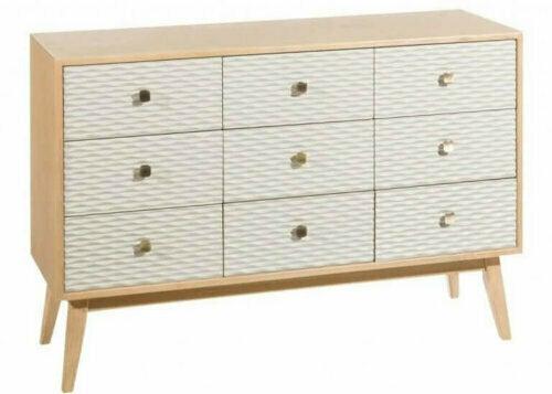 Nichts kann Wärme erzeugen wie Holz. Für ein skandinavisches Wohnzimmer benötigst du daher Kiefer, Eiche, Ahorn oder andere helle Holzmöbel.