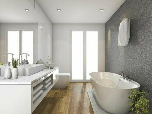 Holzböden sind der einfachste Weg, um Wärme und Komfort im Badezimmer zu schaffen. Das natürliche Gefühl, das das Holz vermittelt, hilft dir dabei, einen Raum zu schaffen, in dem du dich wirklich entspannen kannst.
