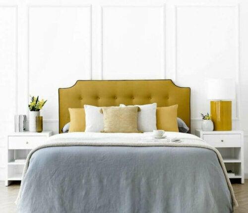 Klassische Schlafzimmer sind gemütliche, elegante Räume und Holz ist eines der Hauptelemente, das diese Empfindungen überträgt.