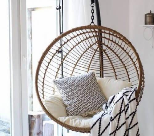 Wenn du in einem großen Haus wohnst und dein Schlafzimmer eine beachtliche Größe hat, ist es ideal, eine Schaukel zu installieren, um Spaß zu haben.