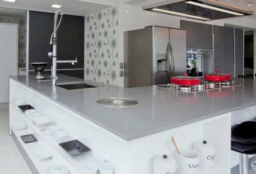 Die Auswahl der richtigen Küchentheke ist keine leichte Aufgabe. Infolgedessen kann sich die Suche danach kompliziert gestalten! Die richtige Wahl liegt in der Regel zwischen Design und Ästhetik, sowie dem Budget und der zukünftigen Verwendung.