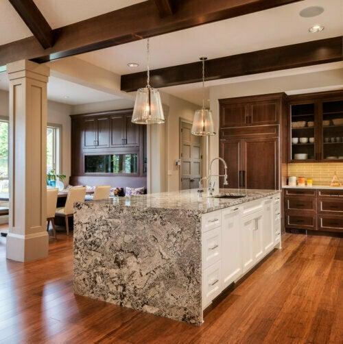 Küchentheken aus Marmor oder Granit können poliert (glatt) oder geflammt (rau) sein.