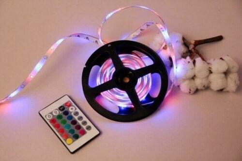 LED-Licht-Projektoren sind Projektoren, die du in deinem Garten installieren kannst, um Licht auf dein Zuhause zu projizieren.