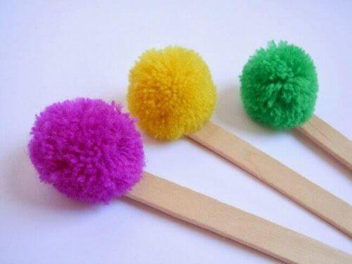 Wusstest du, dass farbige Pompons gerade in Mode sind? Sie sind daher auch ein interessantes Material, um damit zu basteln.