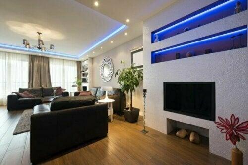 Füge deinem Wohnzimmer einen Hauch von Wärme oder Kühle hinzu, indem du oben an der Decke eine Linienleuchte installierst
