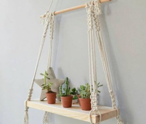 Neben Blumenampeln kannst du Makramee auch zum Aufhängen von Regalen verwenden.