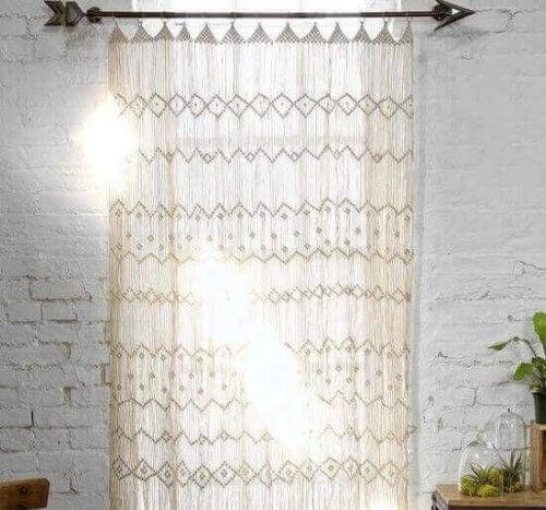 Der Makramee-Trend hat sich sogar bis auf Vorhänge erstreckt, die viel dekorativer als andere Arten von Vorhängen wirken.