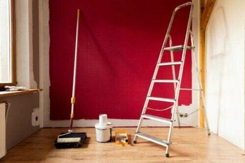 Unfälle können auch beim Malen passieren. Zum Beispiel könntest du von einer Leiter oder einem Gerüst fallen.