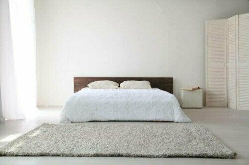 Das minimalistische Dekor reduziert Möbelstücke, Accessoires und sogar Formen und Farben auf ein Minimum.