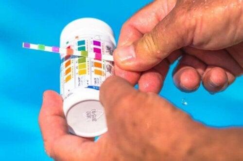 In Bezug auf Pools sollte der pH-Wert zwischen 7,2 und 8 liegen. Du kannst den pH-Wert deines Wassers problemlos mit jedem Pool-Testkit testen.