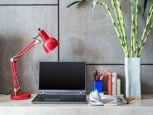 Verwende Flex-Lampen in deinem Arbeitszimmer, falls du zusätzliches Licht zu natürlichem Licht benötigst.