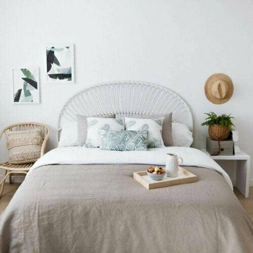 Eine Blumentapete rundet das Dekor deines Schlafzimmer ab und verleiht ihm eine romantische Atmosphäre.
