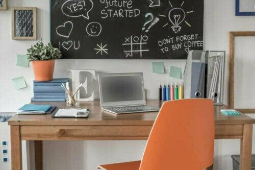 Verwende ein Korkbrett oder eine Tafel für dein Arbeitszimmer oder Home Office, um dort spontane Gedanken festzuhalten.