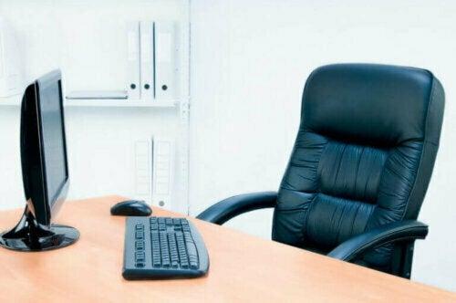 Wir empfehlen Stühle mit einer Rückenlehne, die hoch genug ist, um deinen Kopf zu stützen und auf diese Weise Nackenproblemen vorzubeugen.