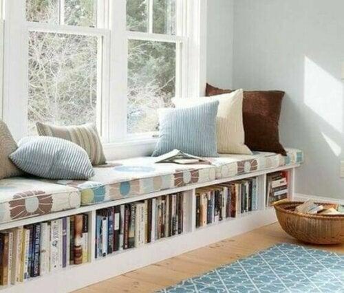 Du kannst die perfekte Leseecke schaffen, indem du eine lange Sitzbank an ein Fenster stellst. Und dann lässt du einfach den Teil unter dem Sitz frei, um dort alle deine Lieblingsbücher aufzubewahren.