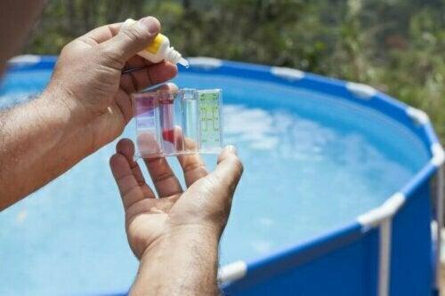 Die Überprüfung des Chlorgehalts ist der wohl bekannteste Faktor, wenn es um die Wartung des Poolwassers geht.