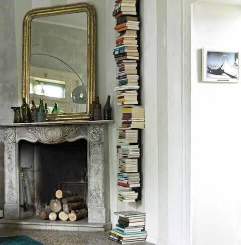 Vertikale Stützen, die kaum sichtbar sind. erwecken den Eindruck, als ob deine Bücher an der Wand hängen.
