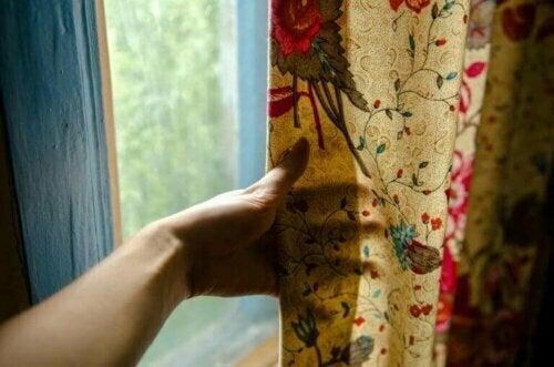 Fülle dein Zuhause mit Rosen in dem du Textilien mit verschiedenen Rosenmuster in deinem Dekor verwendest.