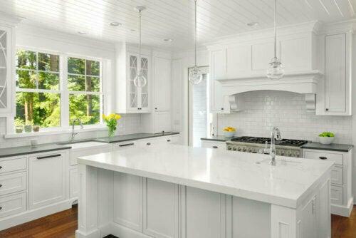 Küchentheken aus Quarz sind eine Mischung aus natürlichem Quarz und Polyesterharz.