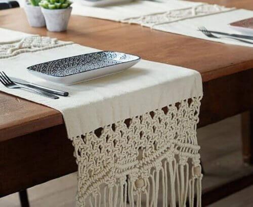 Der Makramee-Trend macht auch vor Tisch- und Bettläufern nicht halt und sie sind edle Dekorationsstücke, die auf einer Holzoberfläche wirklich elegant aussehen.