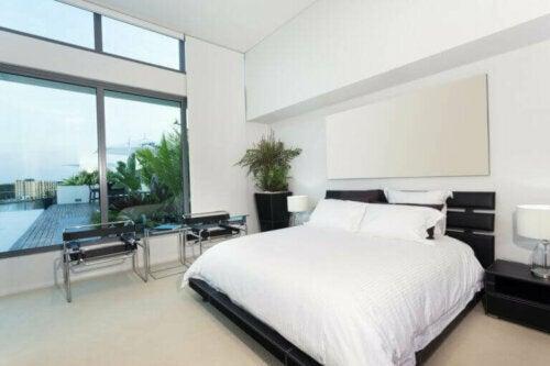 Minimalistische Räume verfügen normalerweise über große Fenster, um den Raum mit natürlichem Licht zu durchfluten.