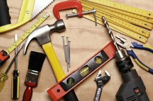 Die Wahl hochwertiger Materialien kann zwar das Budget erhöhen, langfristig sparst du jedoch, aufgrund der Langlebigkeit, in der Regel Geld.