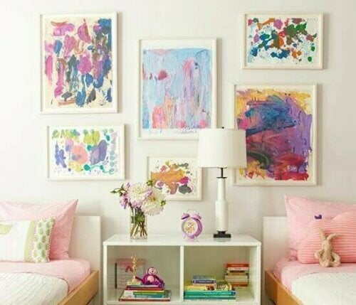 Was du an deine Wände hängst, spricht mehr als alles andere über dich. Suche daher nach Postern oder Originalgemälden, die dir gefallen oder mit denen du dich identifizieren kannst.