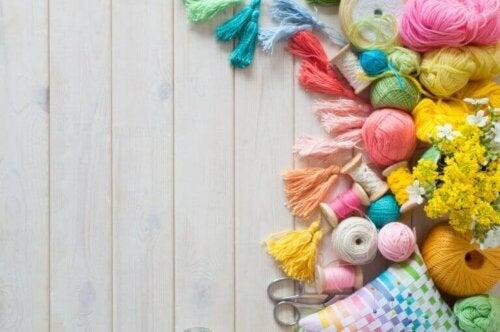 Du kannst jedoch auch viele verschiedene Gegenstände verwenden, um deine Abdeckungen zu dekorieren.