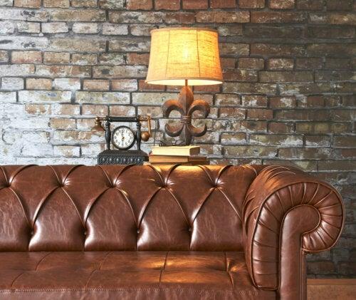 Eine Chesterfield-Couch wird niemals unbemerkt bleiben. Das geknöpfte Design, der niedrige Rücken und die hohen Armlehnen passen in verschiedene Dekorationsstile.