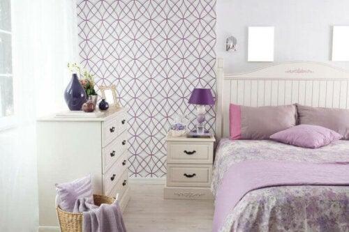 Die Tagesdecke auf deinem Bett ist ein großartiges Dekorelement in der Farbe Flieder.