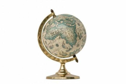 Ein Globus verleiht deinem Zuhause ein gewisses Vintage-Feeling, nach dem wir total verrückt sind, und es ist auch ein großartige Dekorationsstücke für alle, die gerne reisen.