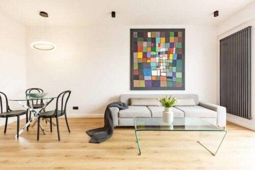 Kunstwerke an den Wänden - buntes Gemälde