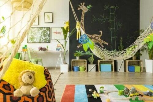 Hängematten sind eine weitere wunderbare Option für ein Kinderzimmer. Sie laden sowohl zum Ausruhen als auch zum Spielen ein.