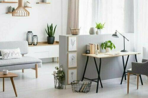 Du kannst auch durch die Farben deiner Decke, deiner Wände oder deiner Möbel visuell Platz gewinnen. Denn helle Farben, wie Creme und insbesondere Weiß, schaffen mehr visuellen Raum.