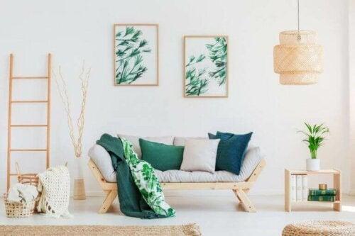 Kunstwerke an den Wänden - helles Wohnzimmer