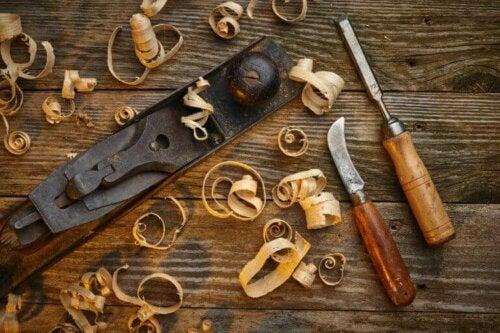Tischlerwerkzeuge für Tischlerarbeiten, die du zuhause erledigen kannst, umfassen Hammer, Schraubenzieher und Sägen.