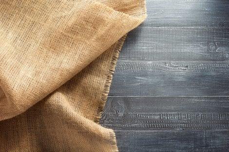 Schwere Stoffe eignen sich sehr gut für Polster, große Vorhänge und Kissenbezüge.