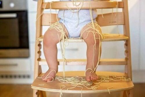 Der Sitz und die Fußstütze von einigen Hochstuhlmodellen sind verstellbar, sodass dein Kind bequemer darin sitzen kann, egal in welchem Stadium seines Wachstums es sich gerade befindet.