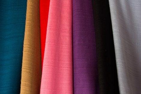 Die Dekoration mit leichten Stoffen eignet sich für für Vorhänge, einfache Polster, Bettwäsche und Tischdecken.