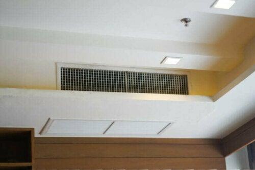 Der beste, direkteste und effizienteste Weg, um eine Klimaanlage zu verstecken, sind interne Lüftungskanäle. Du kannst sie oft nahe an der Decke oder sogar auf dem Boden sehen und sie blasen Luft durch kleine Gitter in den Raum.