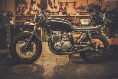 Ein altes Motorrad zur Dekoration wiederverwenden