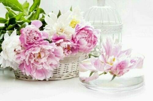 Weidenkörbe sind ebenfalls eine großartige Idee für alternative Blumenvasen.